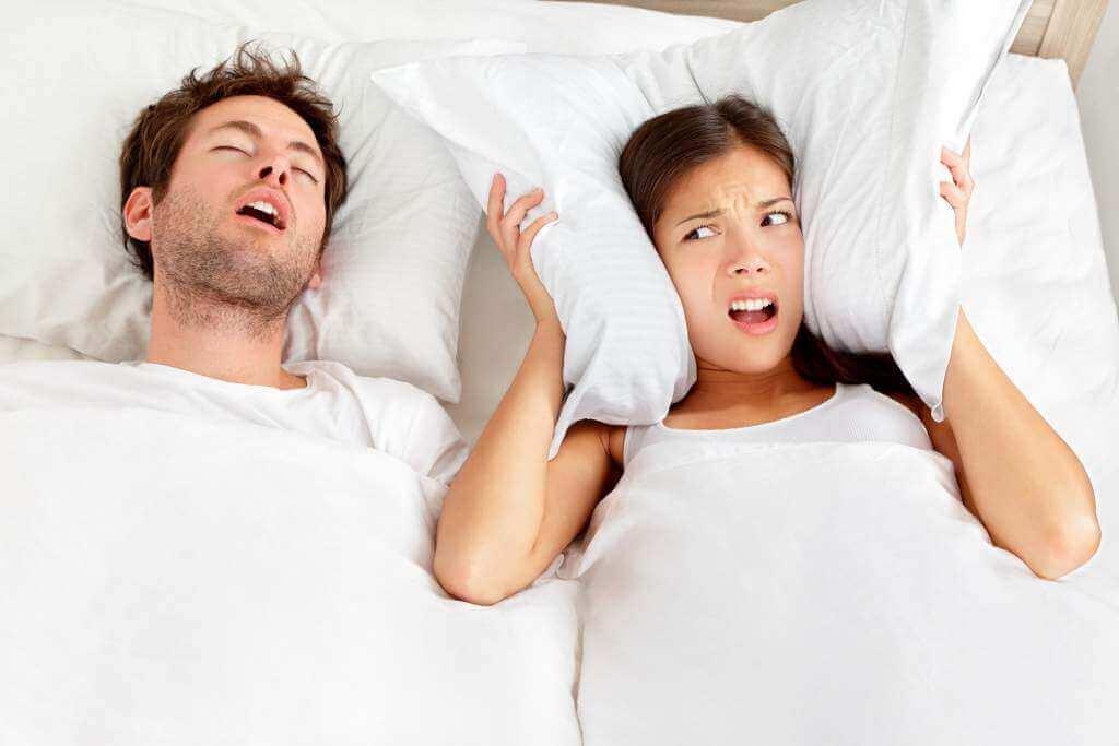 Snorkende mand i sengen